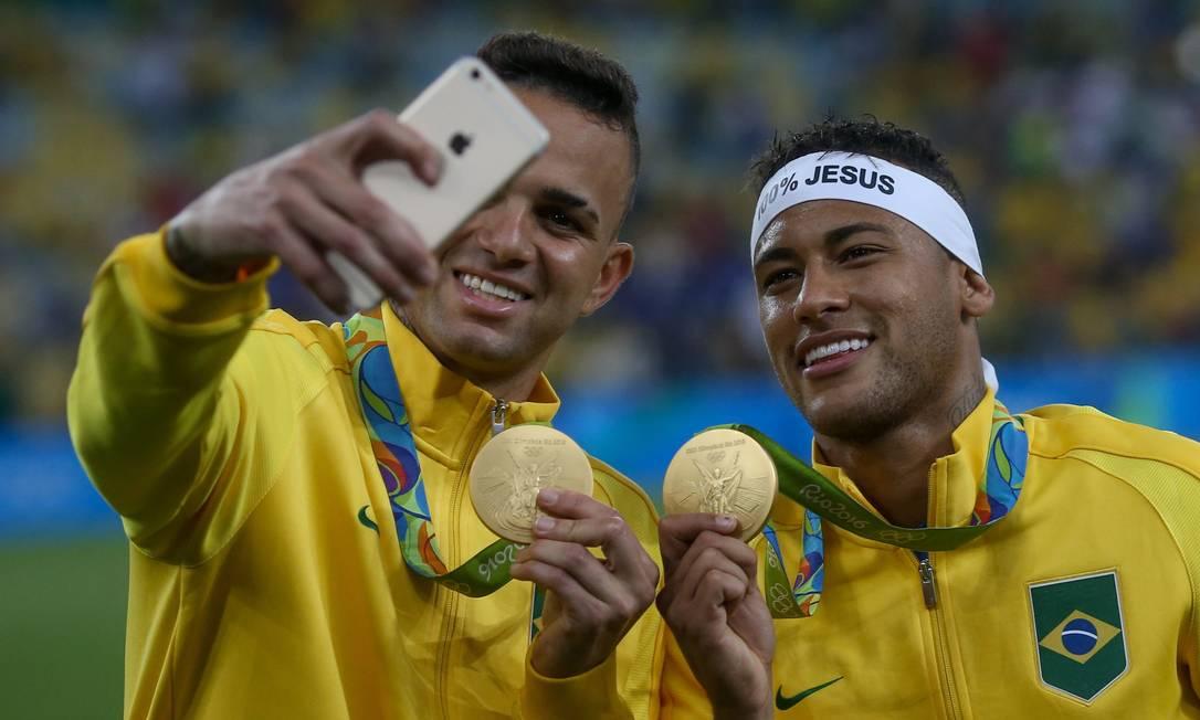 Neymar e Luan tiram selfie com as medalhas de ouro Pedro Kirilos / Agência O Globo