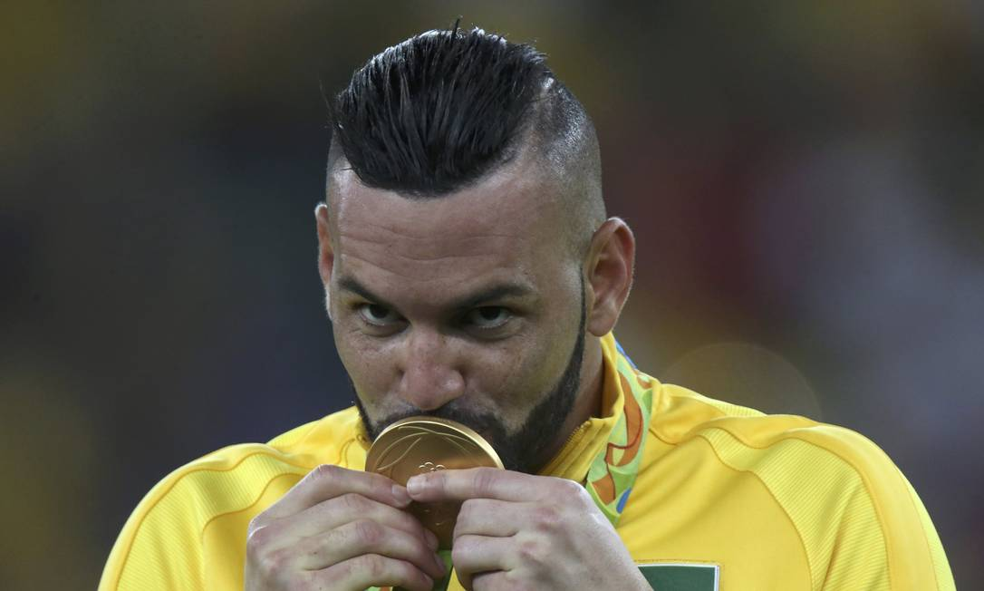 Herói: goleiro Weverton, que pegou o pênalti decisivo, beija medalha de ouro UESLEI MARCELINO / REUTERS