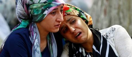 Mulheres choram em frente a hospital após atentado em Gaziantep Foto: OSMAN ORSAL / REUTERS