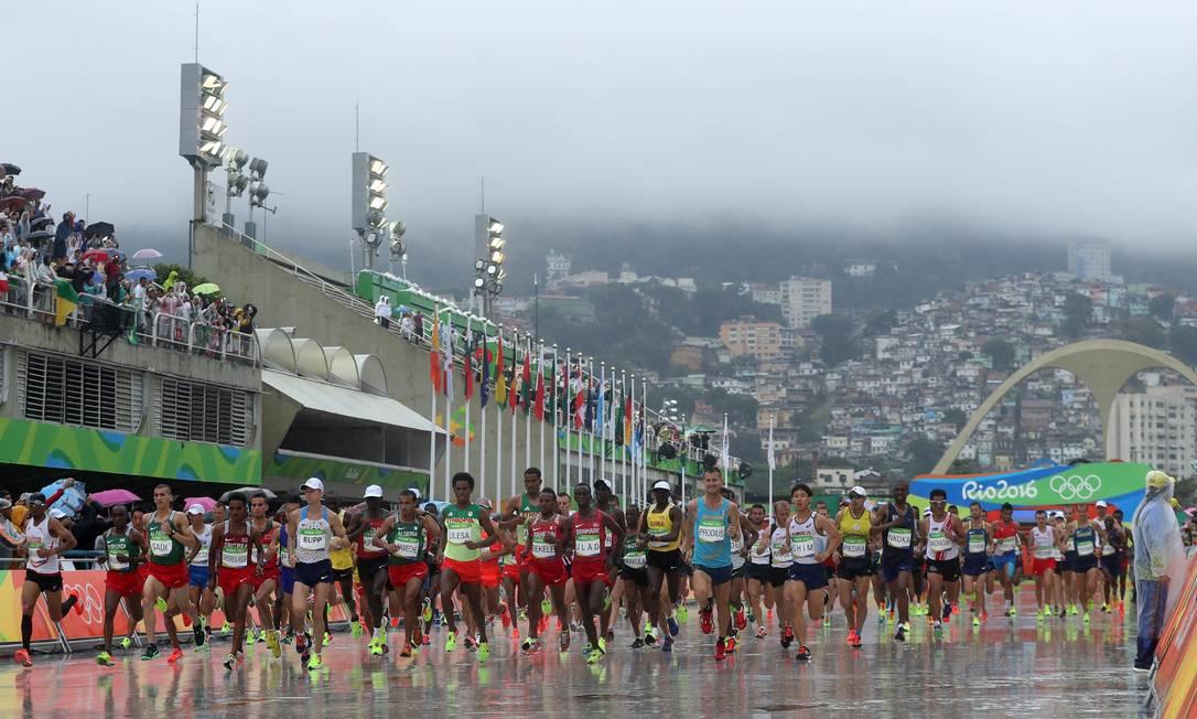Sob chuva, os atletas largaram no Sambódromo Petr David Josek / AP