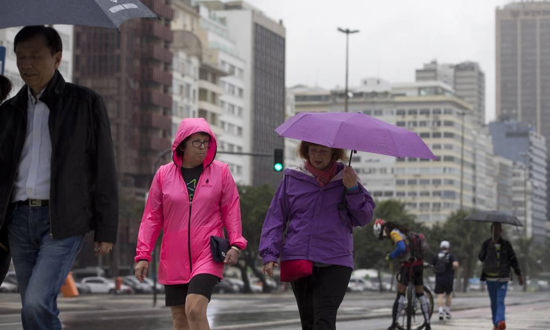 Em dia chuvoso em toda a cidade do Rio, pedestres precisaram se proteger da chuva Márcia Foletto / Agência O Globo