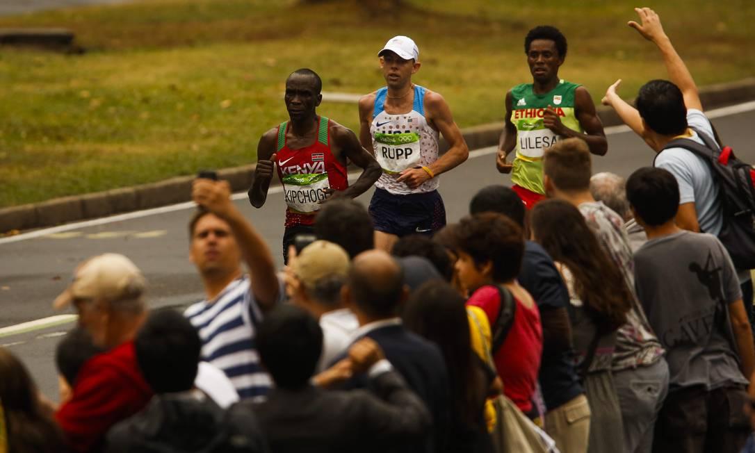 Os atletas desfilaram pelas ruas da cidade Guilherme Leporace / Agência O Globo