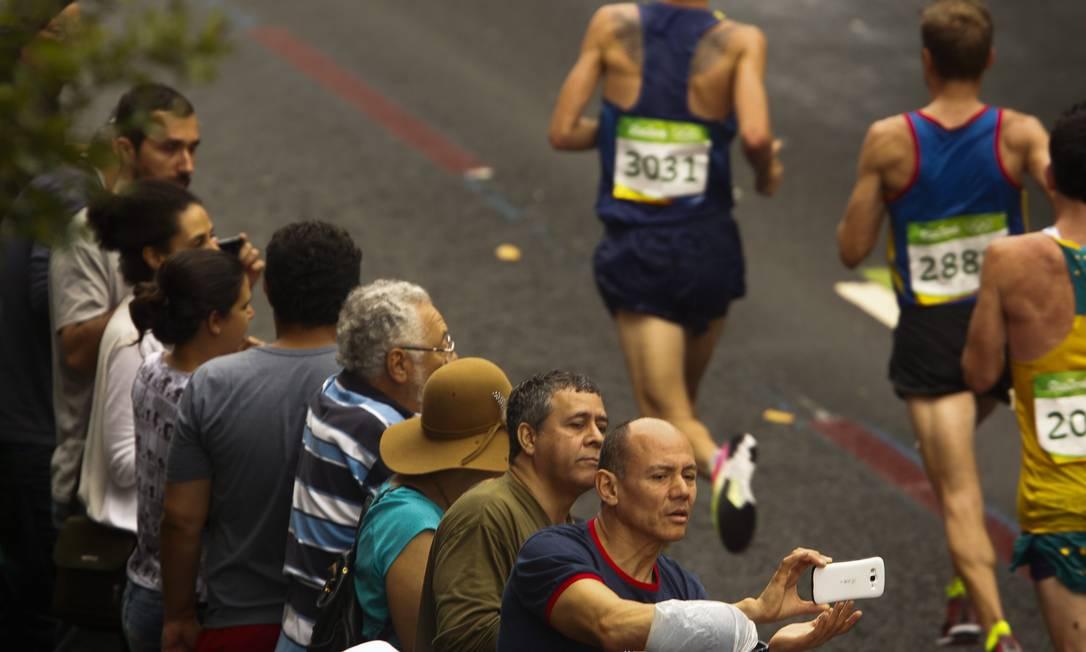 Torcedores não perderam a chance de registrar os maratonistas Guilherme Leporace / Agência O Globo