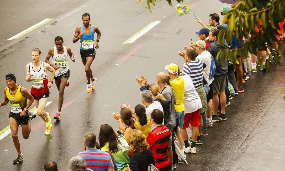 A chuva não foi suficiente para impedir que torcedores acompanhassem os atletas Guilherme Leporace / Agência O Globo