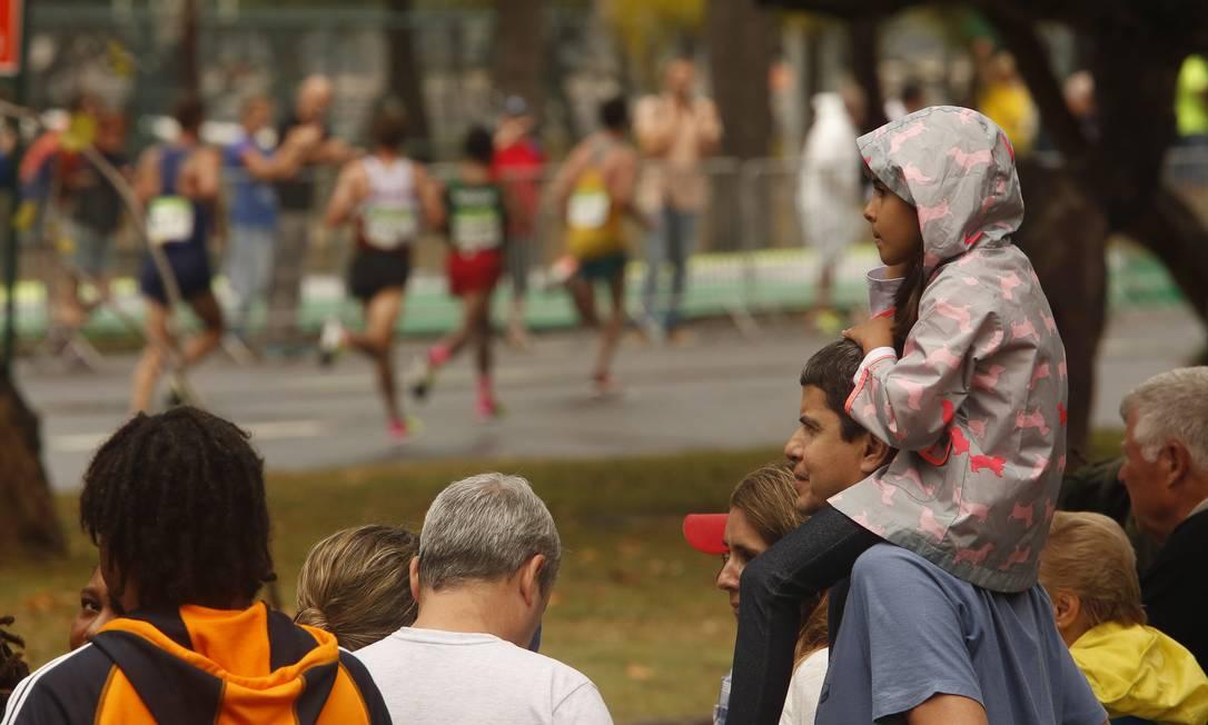 Pai e filha acompanham os atletas durante a maratona Guilherme Leporace / Agência O Globo