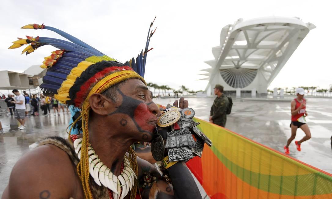 Akazuy Tabajara beija suas medalhas de maratonista Agência O Globo