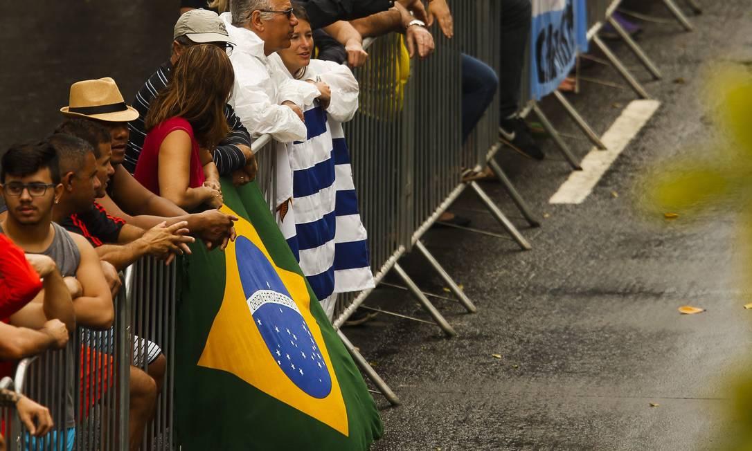 Torcedores levaram a bandeira brasileira para torcer pelos atletas do país Guilherme Leporace / Agência O Globo