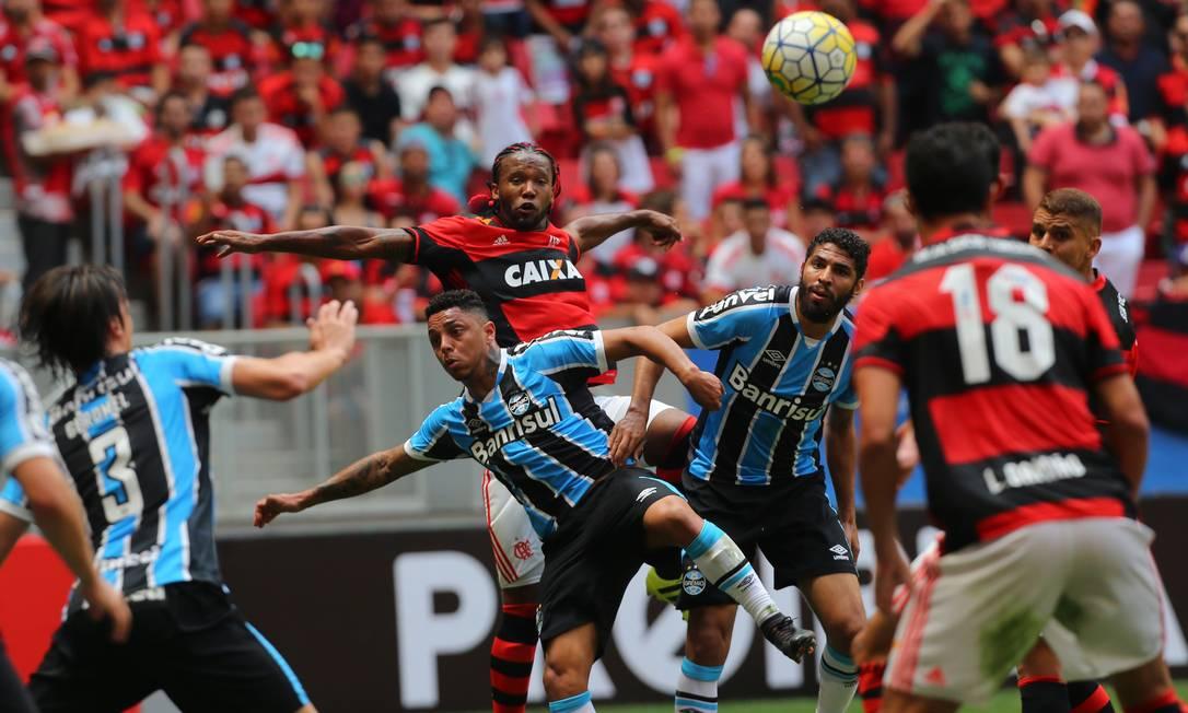 Rafael Vaz tenta cabecear em cobrança de escanteio Ailton de Freitas / Agência O Globo