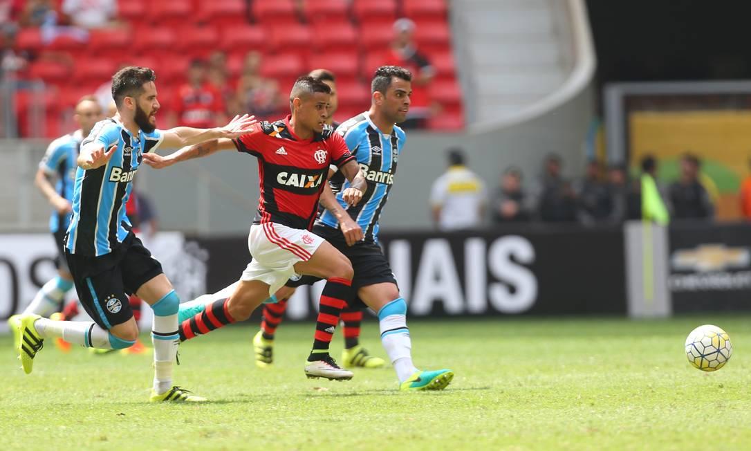 Éverton tenta passar pela marcação dos jogadores do Grêmio Ailton de Freitas / Agência O Globo