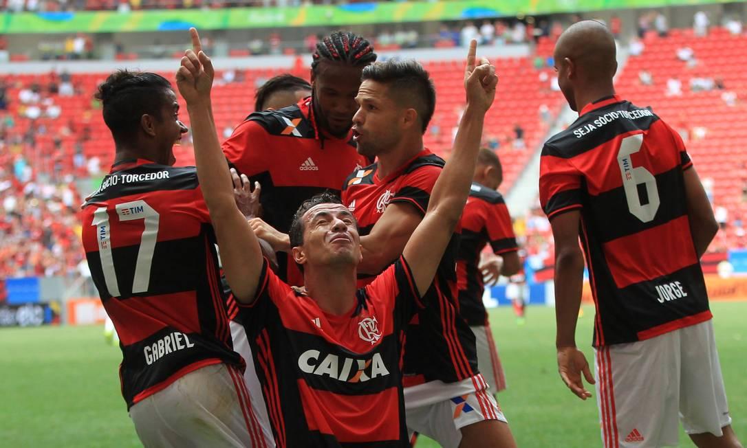 Leandro Damião se emociona com o primeiro gol pelo Flamengo, abrindo o placar neste domingo Ailton de Freitas / Agência O Globo