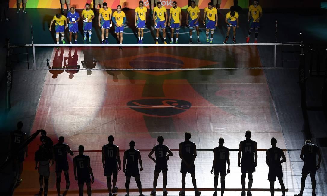 A entrada das equipes de Brasil e Itália na quadra do Maracanãzinho, para a final do torneio de vôlei masculino dos Jogos Rio-2016 KIRILL KUDRYAVTSEV / AFP