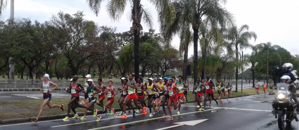 Competidores na altura do Aterro do Flamengo Foto: Priscilla Aguiar Litwak / O GLOBO