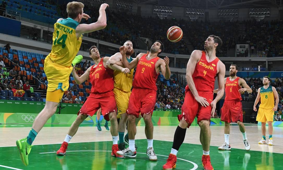 Brock Motum tenta salvar a bola durante a partida de bronze MARK RALSTON / AFP
