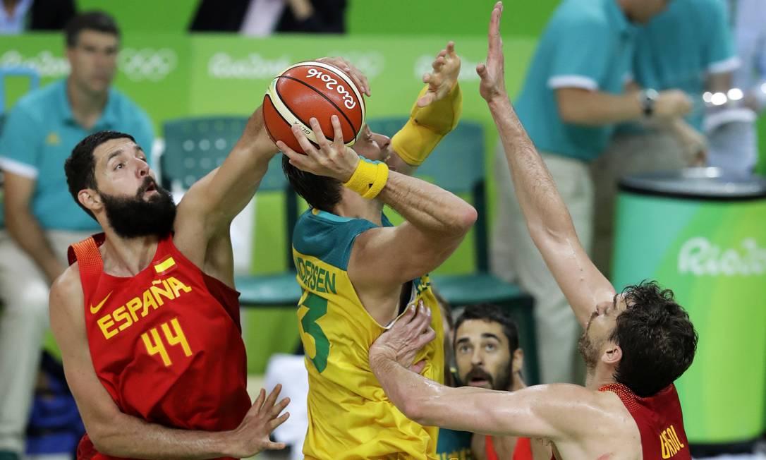 David Andersen, tenta passar a marcação dos jogadores da Espanha para marcar Charlie Neibergall / AP