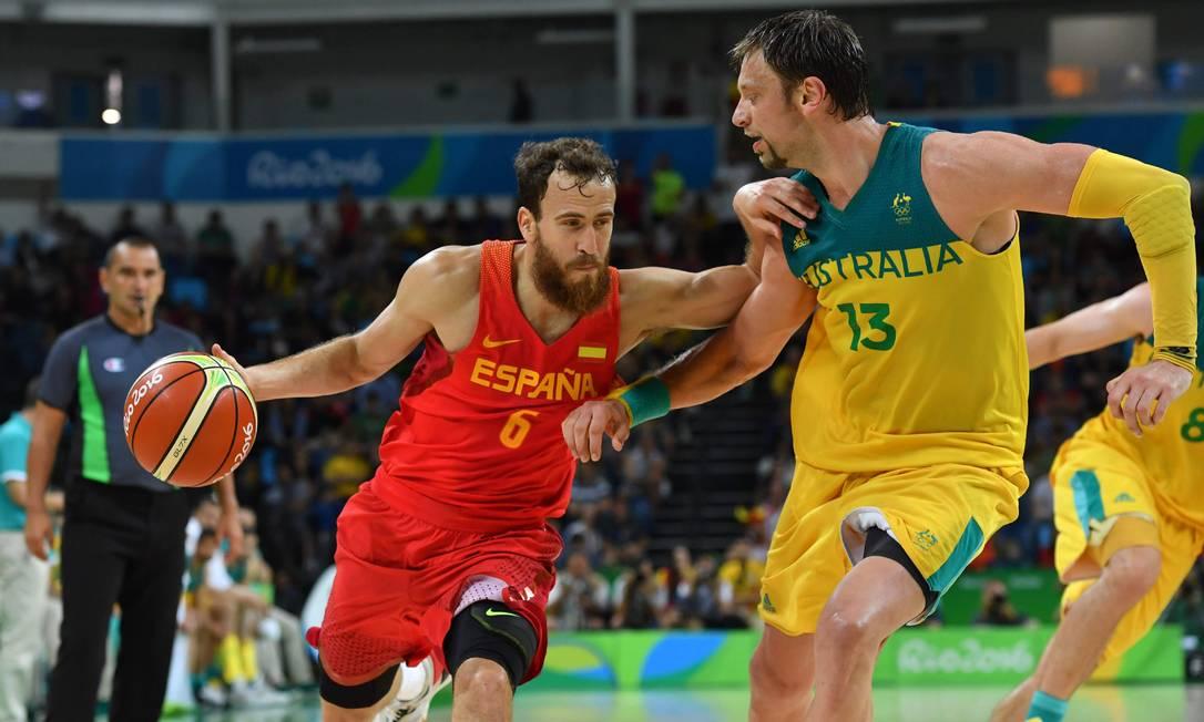 David Andersen, da Austrália, tenta impedir o avanço do espanhol Sergio Rodriguez ANDREJ ISAKOVIC / AFP