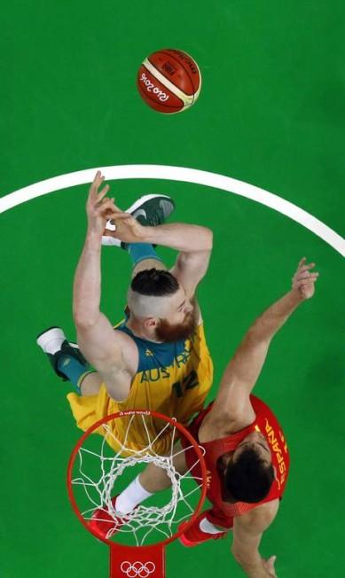 O australiano Aron Baynes briga pelo rebote com o espanhol Victor Claver JIM YOUNG / AFP