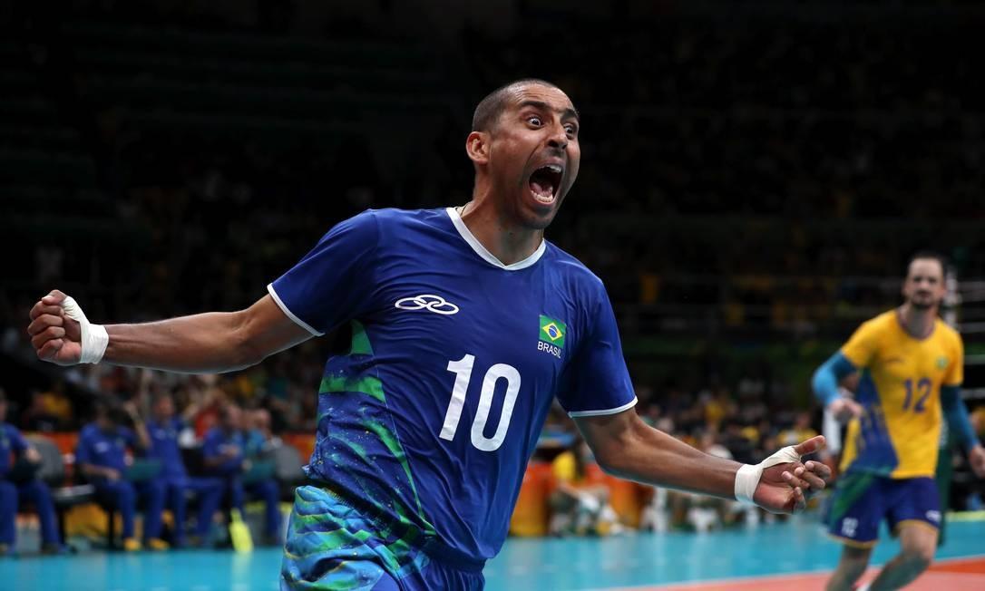 Serginho comemora um dos pontos na vitória sobre a Itália Marcelo Carnaval / Agência O Globo