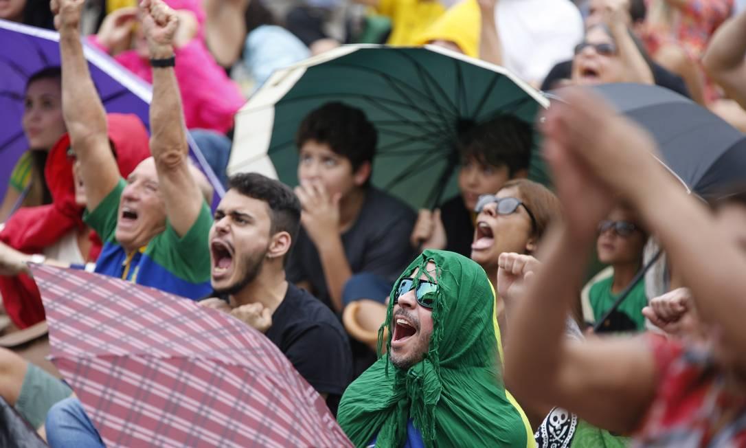 Mesmo de baixo de chuva, torcedores vibram a cada ponto Agência O Globo