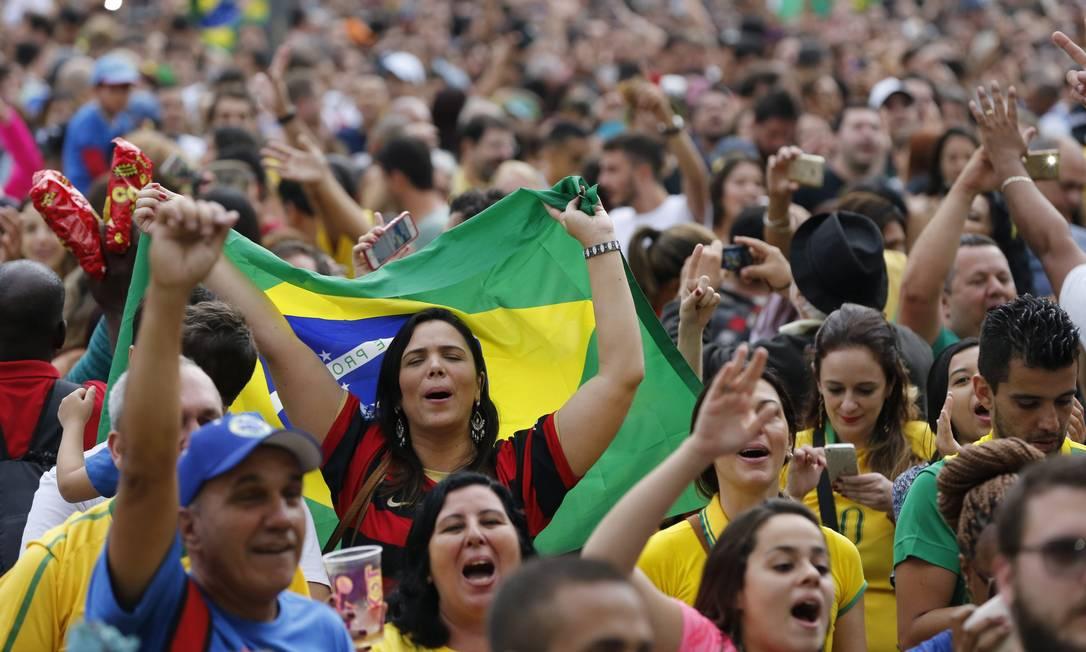 A cada ponto no Maracanãzinho a toricda vibrava na Praça Mauá Agência O Globo