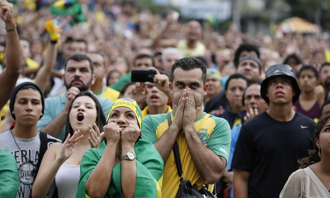 A torcida sofreu na vitória do vôlei masculino neste domingo Agência O Globo