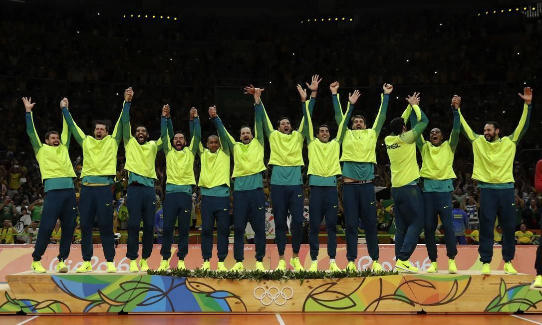 Equipe brasileira sobe ao pódio para receber a medalha de ouro Matt Rourke / AP