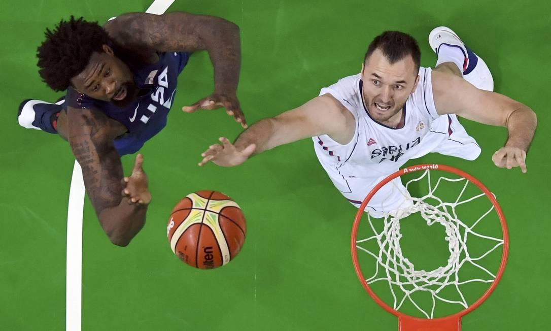 Jogo entre EUA e Sérvia, pela final do basquete masculino POOL / REUTERS
