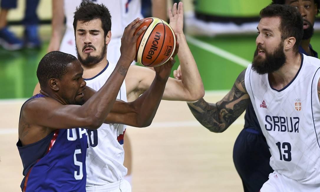 Jogo entre EUA e Sérvia, pela final do basquete masculino DYLAN MARTINEZ / REUTERS