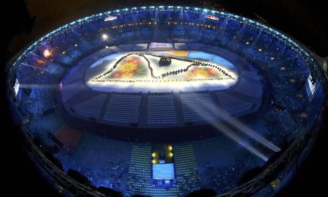 A imagem do Pão de Açúcar é projetada no início da cerimônia de encerramento PAWEL KOPCZYNSKI / REUTERS