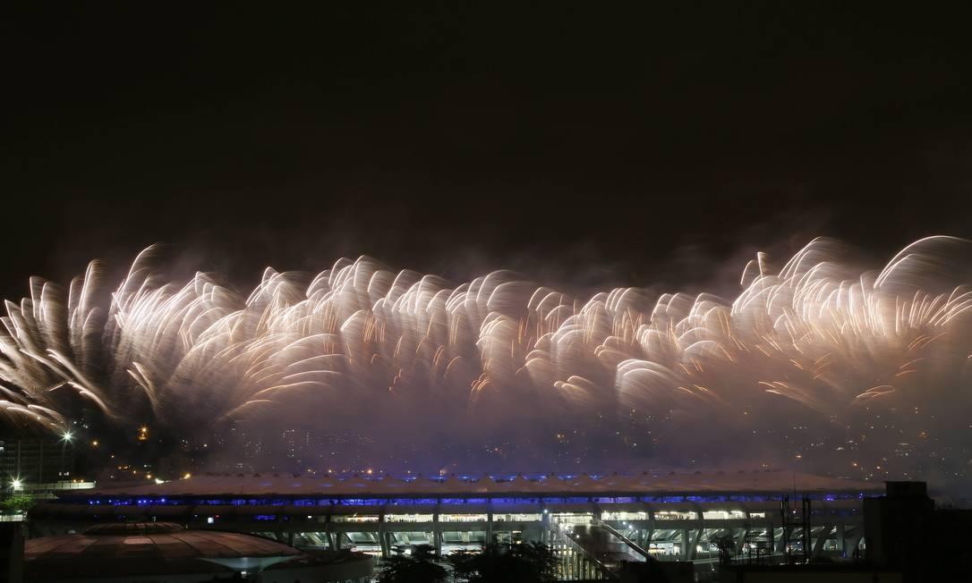 Fogos de artifício anunciam o início da abertura de encerramento Agência O Globo