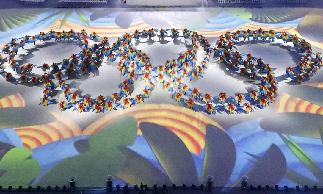 Os anéis olímpicos se formam em meio a exuberância tropical do país FABRIZIO BENSCH / REUTERS