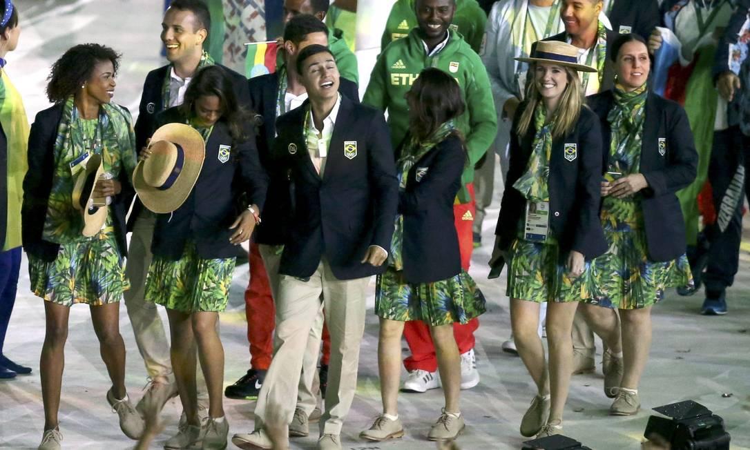 Atletas brasileiros na festa de encerramento, no Maracanã MARCOS BRINDICCI / REUTERS