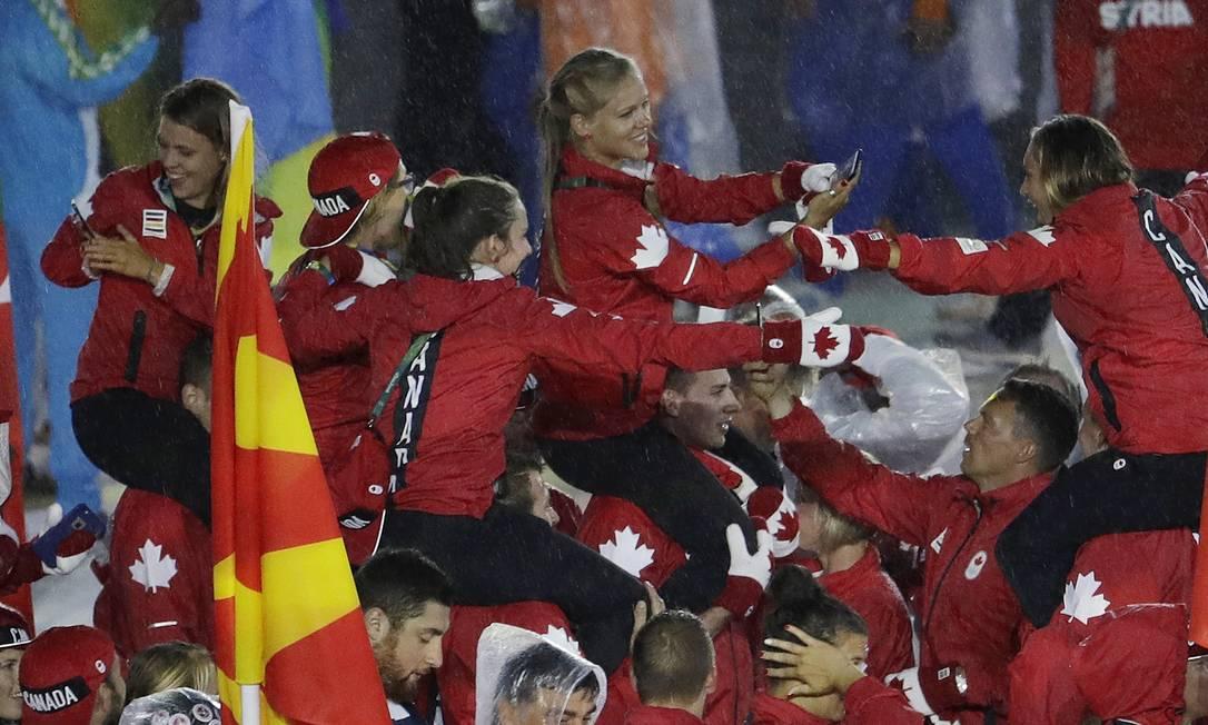 A bagunça animada dos canadenses: uns nos ombros dos outros Natacha Pisarenko / AP