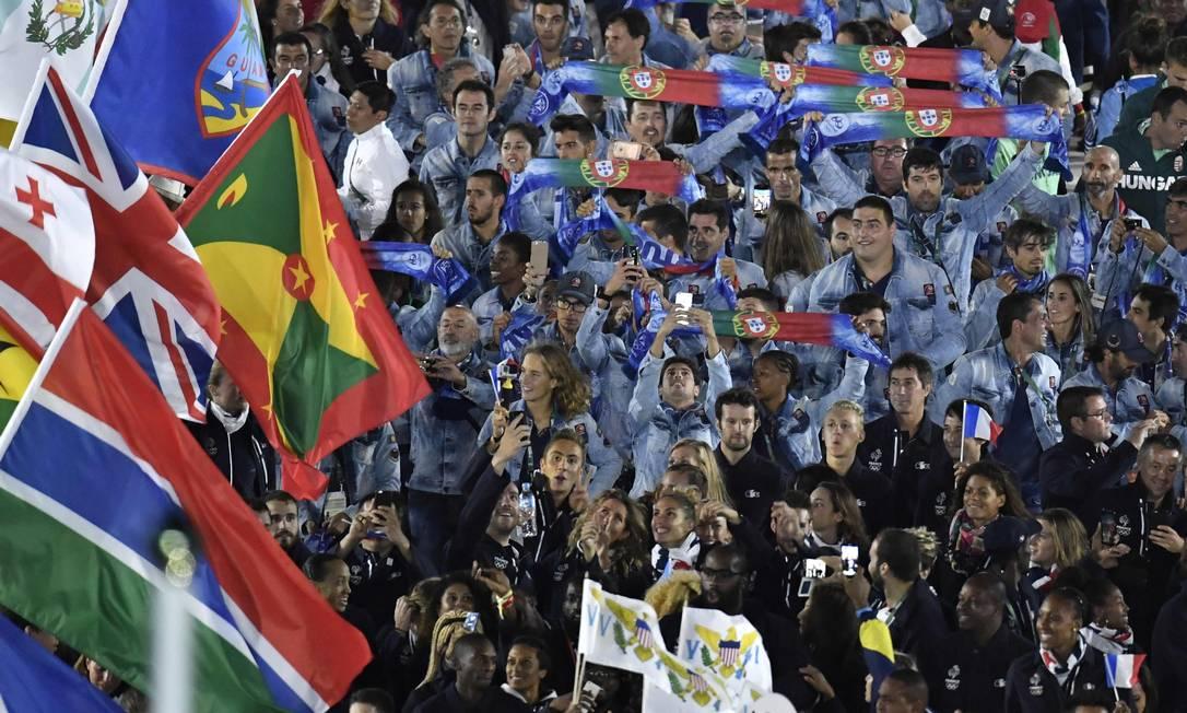 Franceses e portugueses no desfile da festa de encerramento PHILIPPE LOPEZ / AFP