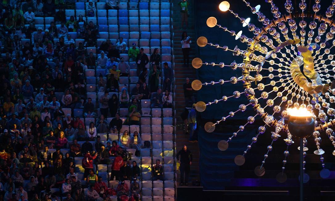 A pira olímpica do Maracanã durante a cerimônia de abertura MANAN VATSYAYANA / AFP