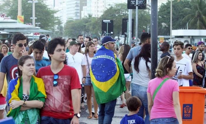 Cariocas e turistas em Copacabana Foto: Paulo Nicolella