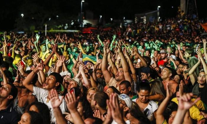 Corrente pra frente. Torcida comemora vitória do Braisl Foto: Agência O Globo