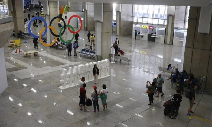 Turistas e atletas passaram sem muita dificuldade Foto: Agência O Globo