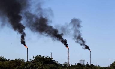 Substituição. Torres da Refinaria de Duque de Caxias, no Rio: tecnologia converte gás de volta nos combustíveis Foto: Marcelo Piu/30-04-2014