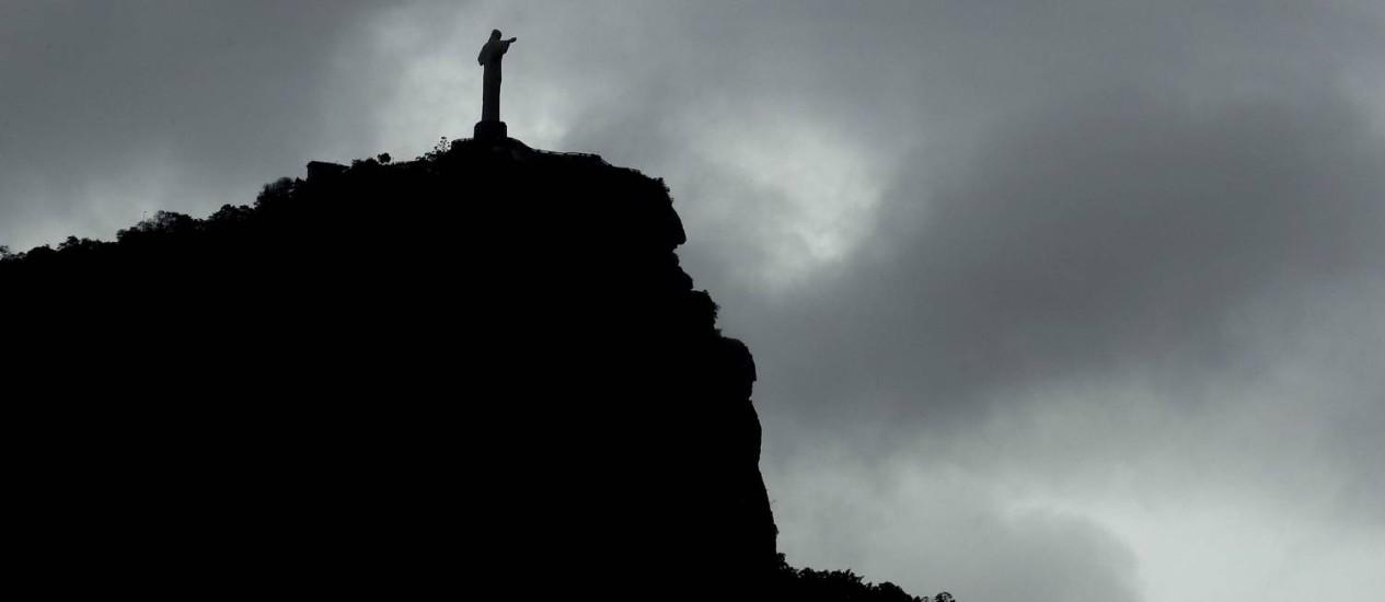 Nuvens de chuva sobre o Cristo Redentor Foto: Charlie Riedel / AP