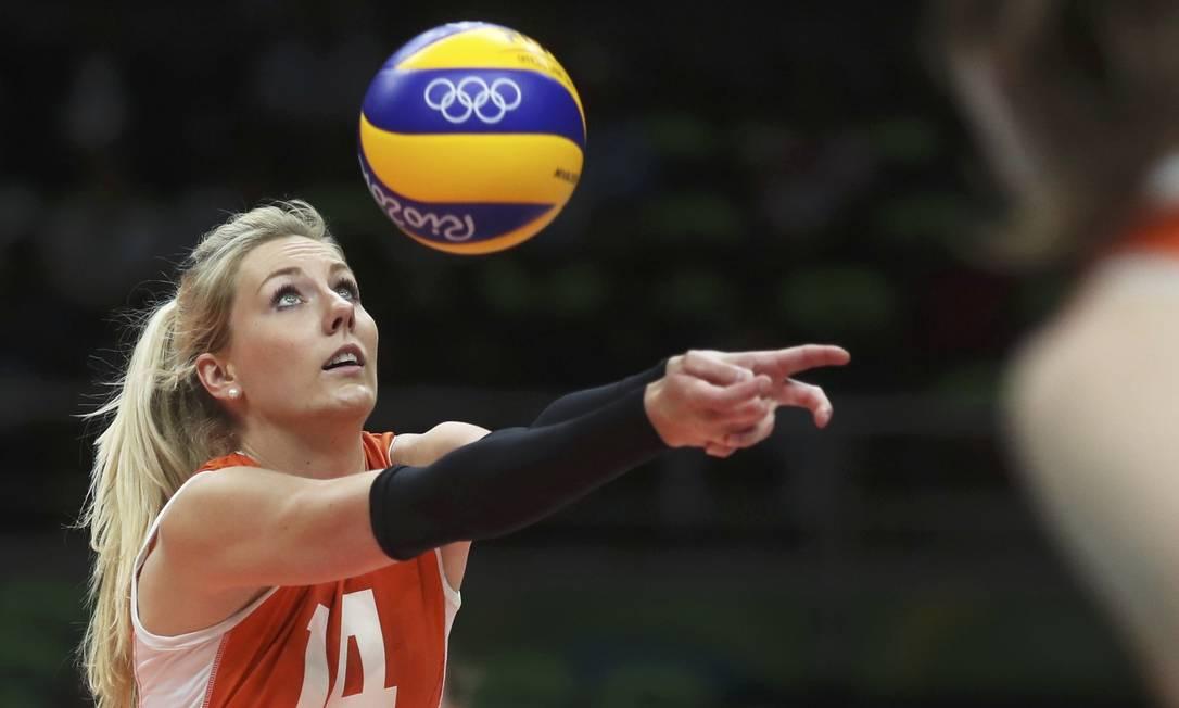 Entre as muitas beldades da equipe de vôlei da Holanda, Laura Dijkema se destacou Reuters