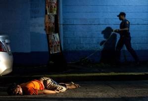 Esta imagem mostra o corpo de um homem morto por um atirador não identificado, em Manila, capital das Filipinas Foto: NOEL CELIS / AFP