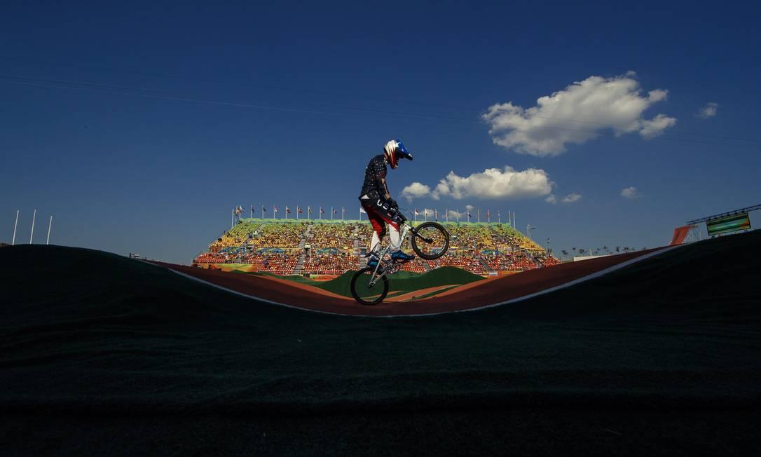 O americano Corben Sharrah na sua volta classificatoria do ciclismo BMX masculino, em Deodoro Daniel Marenco / Agência O Globo