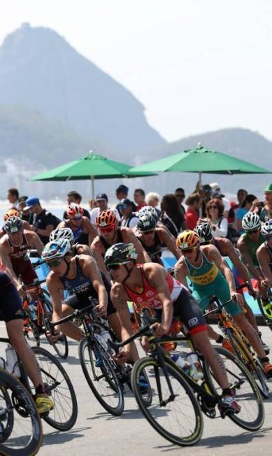 Triatlo masculino na Praia de Copacabana Marcelo Carnaval / Agência O Globo