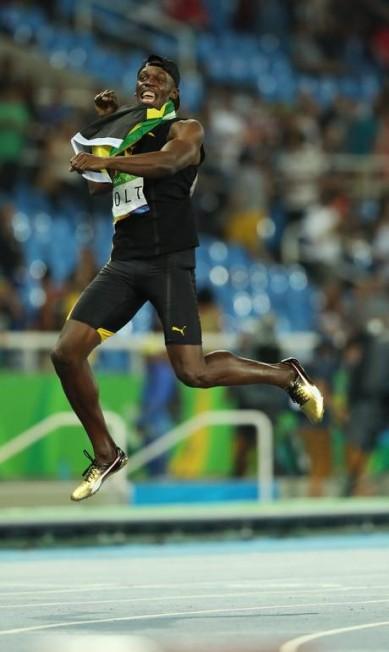 Usain Bolt, membro da equipe de revezamento 4x100m rasos comemora a vitória do time da Jamaica e leva sua terceira medalha de ouro Marco Antonio Rezende / O Globo / NOPP