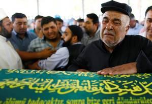 Parentes de uma das vítimas de atentado em casamento choram em funeral Foto: OSMAN ORSAL / REUTERS