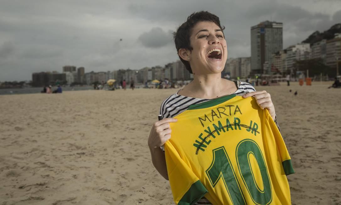 Nicoli Ferraz, designer e amante de futebol, customiza a camisa 10 de Neymar com o nome da jogadora Marta. Ela não encontrou a camisa de Marta em nenhum lugar Ana Branco / Agência O Globo