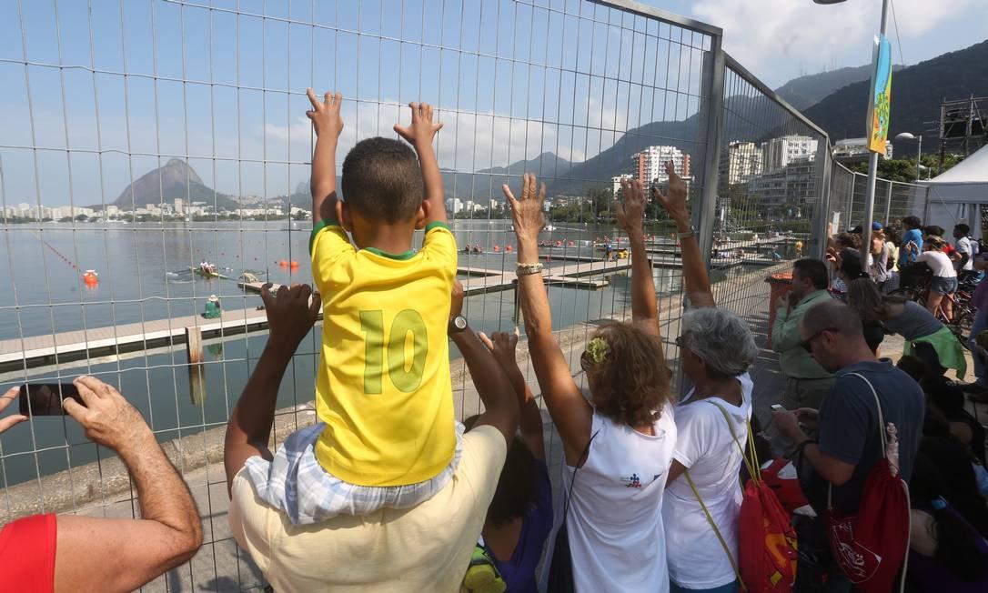 Remo na Lagoa. Moradores e turistas assistem as provas na Fonte da Saudade Custódio Coimbra / Agência O Globo