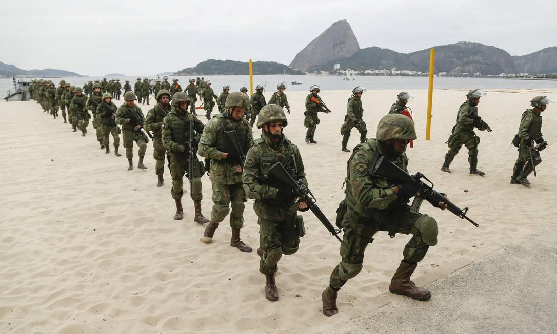 Marinha realiza treinamento na Praia do Flamengo Gabriel de Paiva / Agência O Globo