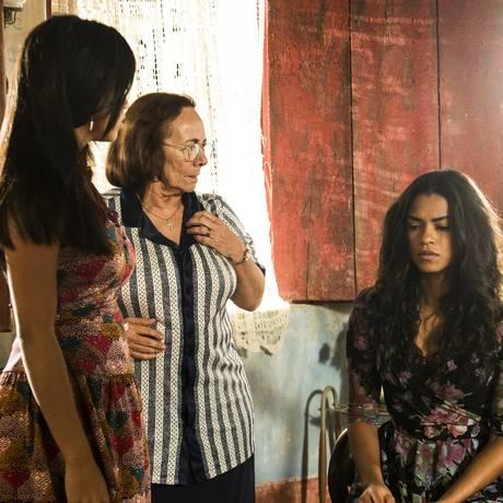 Luzia (Lucy Alves) conta para a família que Olívia (Giullia Buscacio) não é filha de Santo (Domingos Montagner) Foto: Divulgação/TV Globo/Renato Rocha Miranda