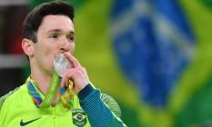 Diego Hypolito beija a medalha de prata Foto: BEN STANSALL / Ben Stansall/AFP